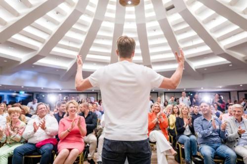 Sebastian-Decker-mit-begeistertem-Publikum
